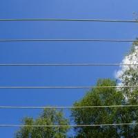 Horizontale lijnen droogmolen, doorkijkje naar stralend blauwe lucht